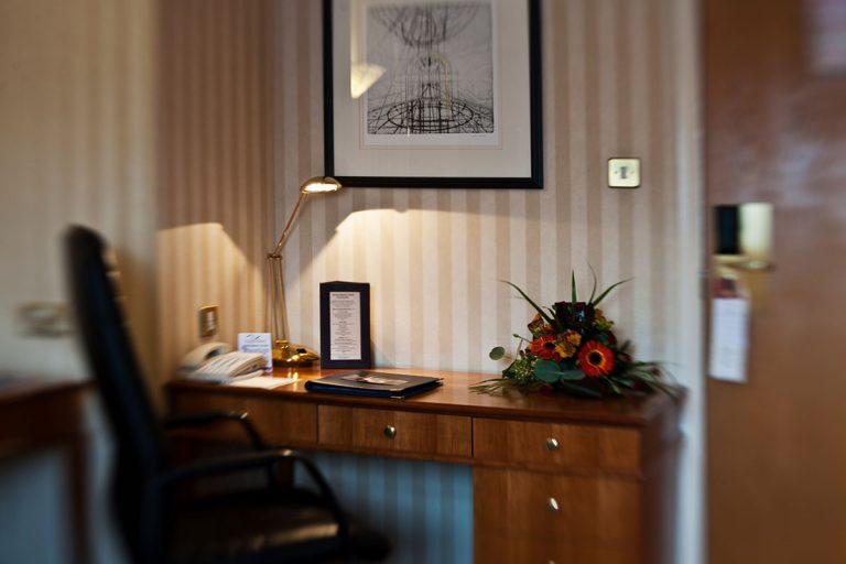 room-nice-desk